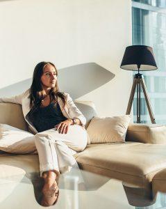 Chica sobre sofa de piel elaborada en Mariano Farrugia
